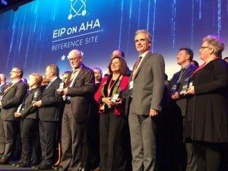 El consejero de Salud y la consejera de igualdad en la entrega de los premios en Bruselas