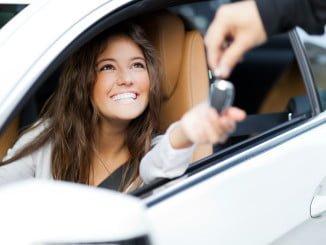 Los españoles empiezan a pedir créditos para comprar coches y lo hacen más a entidades financieras que a la banca