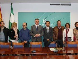 José Romero y Manuel Ceada con los beneficiarios de estas ayudas