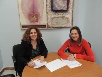 La concejala de Participación Ciudadana junto a la presidenta de Aguaviva en la firma del convenio