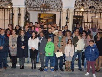 La alcaldesa junto a las asociaciones que han participado en el acto donde se ha leído un manifiesto