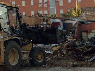 Derribo de la vivienda que presentaba problemas de seguridad y salubridad en Calle Calañas