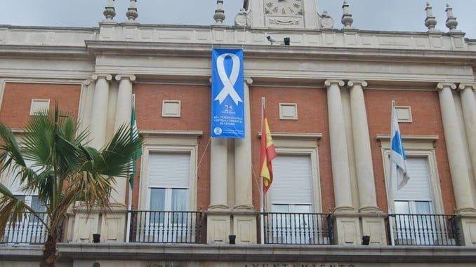 El lazo contra la violencia de género en la fachada del Ayuntamiento de Huelva