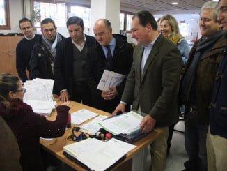 Momento en el que los ediles, capitaneados por Toscano, registran la moción de censura