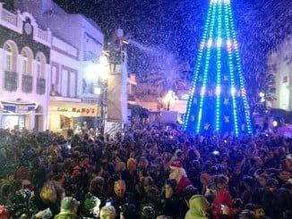 Un momento de la nevada en Isla que ha congregado a cientos de ciudadanos