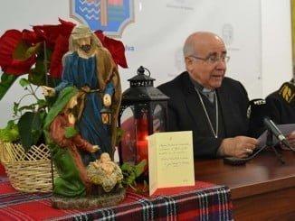 El obispo de Huelva dando lectura al mensaje de Navidad