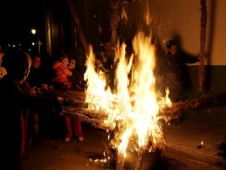 Esta noche volverá a llenarse de hogueras la localidad de Bollullos para seguir con la tradición iniciada en 1855