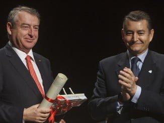 Sanz entrega el premio a José Antonio Sánchez, presidente de RTVE