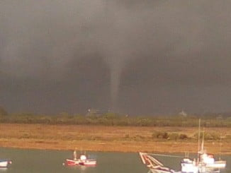 Imagen que capta el tornado a su paso por Palos de la Frontera