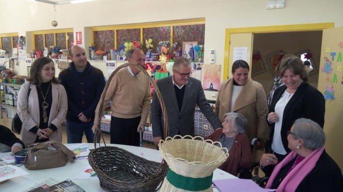 El delegado de Igualdad ha visitado el centro con los alcaldes de Almonte y Manzanilla