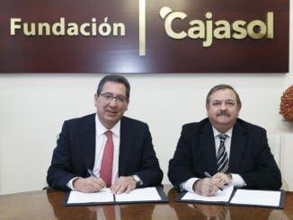 Antonio Pulido, presidente de la Fundación Cajasol; y José Ortega, presidente de APADGE; durante la firma del convenio
