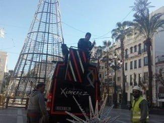 Operarios desmontan el árbol de Navidad de la plaza de las Monjas