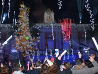Los fuegos artificiales tras campanadas fue lo más llamativo de las campanadas desde el Ayuntamiento de Huelva que retrasmitió Canal Sur.