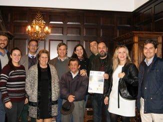 La alcaldesa y los miembros del su Equipo de Gobierno junto al director de la publicación y parte de la nueva Junta Directiva.