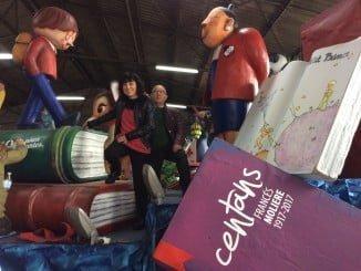 Eleva Tobar junto a Juan Manuel Seisdedos visitó en el almacén municipal el arte que derrocharán las carrozas de la Cabalgata.