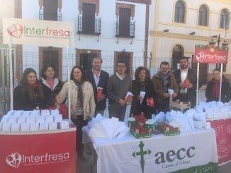 Miembros de la Corporación de San Bartolomé, encabezados por el alcalde, también acompañaron a los directivos de Interfresa y Junta Local de AECC a la iniciativa solidaria 'Campanadas con fresas'.