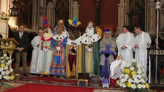En La Palma del Condado se siguió el ritual religioso de recibir a los Reyes Magos en la Iglesia Parroquial.
