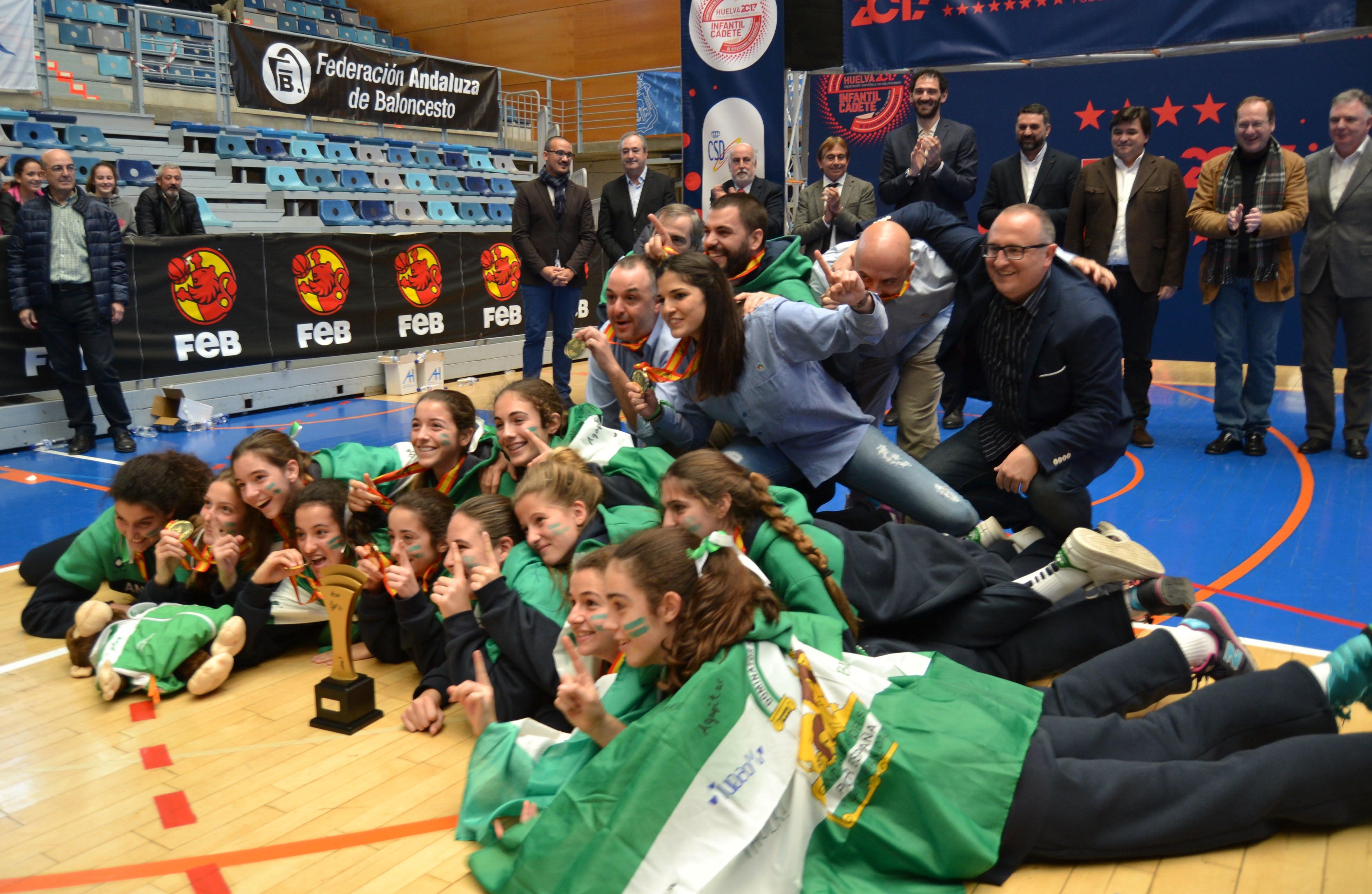 Satisfacción y alegría de las jugadoras de Andalucía infantil tras ser campeonas.