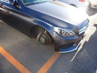 Los ladrones se llevaron las cuatro ruedas del coche aparcado en el solar del antiguo mercado de El Carmen.