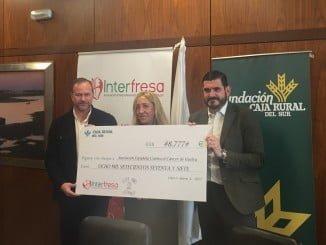 Interfresa hizo entrega de la cantidad recaudada con las 'Campanadas con fresas' a la Asociación en Huelva de Lucha Contra el Cáncer.