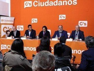 Mesa redonda celebrada hoy con Pedro Pérez (C´s),  Enrique Pérez Fernández (Asociación de Autónomos), y el presidente del colegio de Economistas de Huelva, Manuel Ángel Bracho