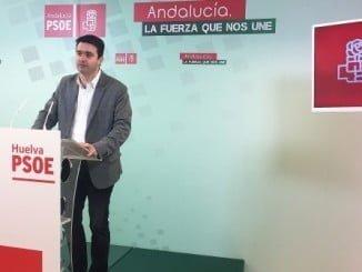 El senador socialista Amaro Huelva en rueda de prensa