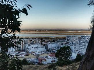 Una vista de la capital onubense desde El Conquero
