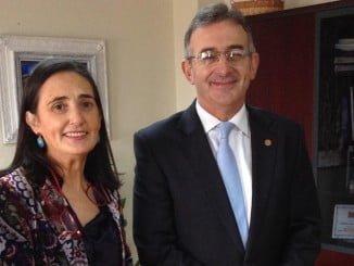 La subdelegada del Gobierno, que desarrolló su trayectoria académica y profesional en la UHU, junto al rector