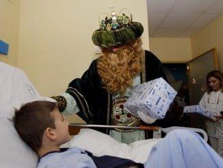 Los niños ingresados en los Hospitales de Huelva reciben regalos de las manos de SS MM