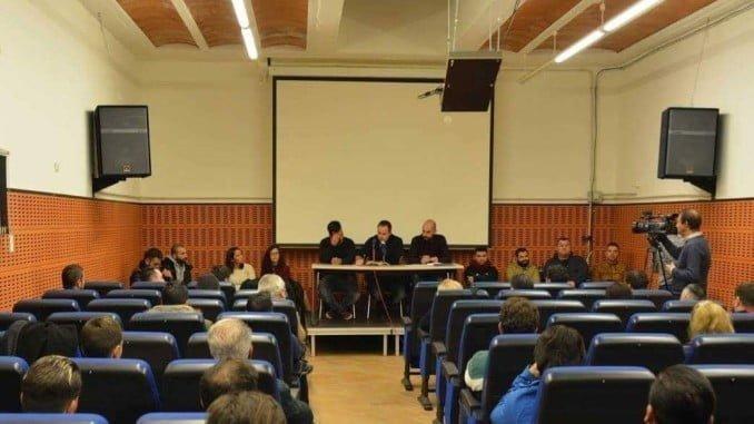 Reunión en la sala polivalente del Teatro del Mar de esta localidad costera, representantes de decenas de entidades de carnavaleros de Huelva y provincia para la presentación de la nueva ACPU