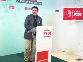 Ferrera en rueda de prensa, insta a la ministra Báñez a que hable de algo de su cartera