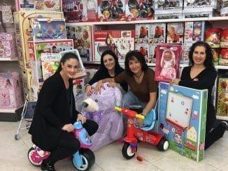 La concejala de Servicios Sociales junto a las empleadas del Jamón y los juguetes adquiridos en esta cadena