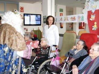 Los Reyes han saludado y entregado regalos a los ancianos