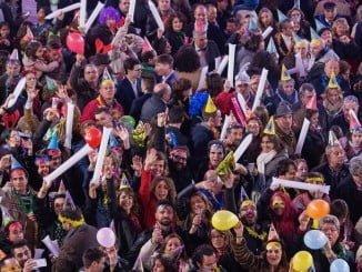 Los onubenses, que audieron a las puertas del Ayuntamiento para recibir las campanadas del año nuevo,están ilusionados con la capitalidad gastronómica.