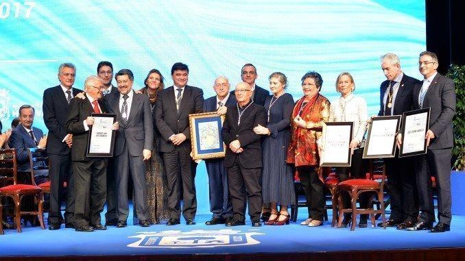 Foto de familia de los galardonados de este año junto al alcalde de Huelva