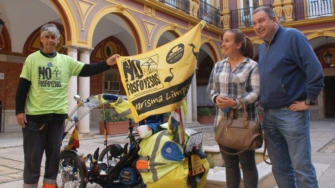 El activista británico Martin Hutchinson, en el Ayuntamiento de Huelva, donde ha departido con los integrantes de Mesa de la Ría sobre el tema de lso fosfoyesos