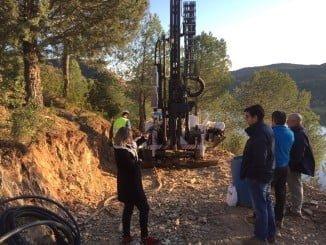 La diputada visitando las obras por el desprendimiento de roca en la  HU-6400