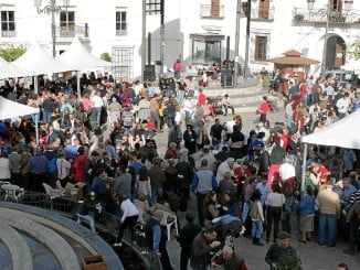 Plaza de Cartaya con gran número de habitantes congregados