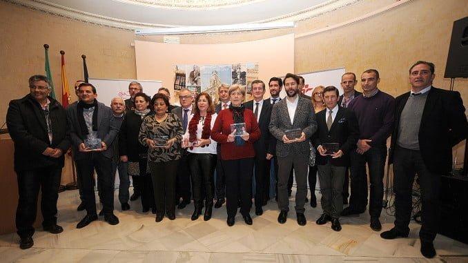 Los premiados , junto a representantes de Fundación Cepsa y la empresa