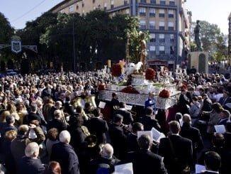 El Patrón de Huelva a su paso por la estatua de Los Litri