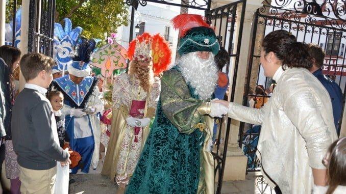 Sus Majestades saludan a la Corporación local a la llegada a la Casa del Pueblo
