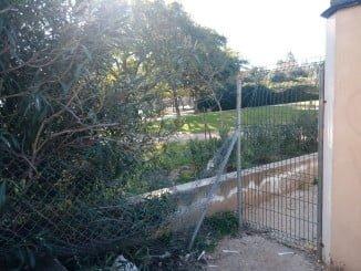 Los desperfectos en el vallado del Parque Moret permiten a los desalmados entrar a cometer sus fechorías como el incendio de la caseta