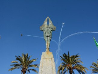 El acto concluyó con la exhibición de la patrulla Aérea Civil de la Formación Plus Ultra