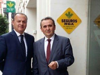 El director general de Caja Rural del Sur, rafael López Tarruella, y el territorial de Huelva y Sevilla, José Antonio Sánchez, tras visitar las oficinas en las que se ha implantado la sostenibilidad
