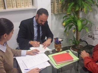 Firma que formaliza la cesión de las propiedades de la Cámara Agraria de Valverde al Ayuntamiento