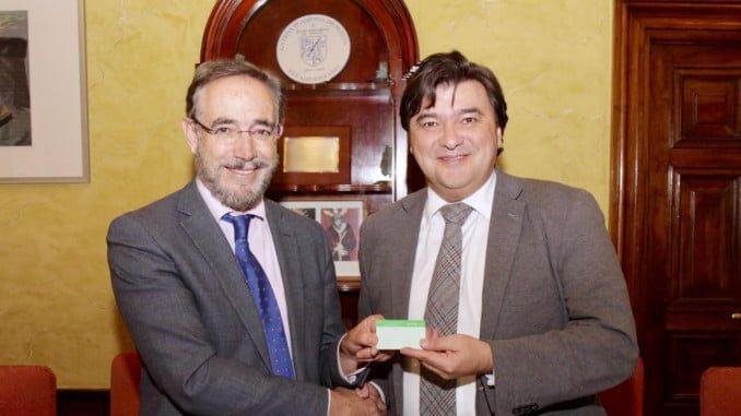 El consejero de Fomento y el alcalde muestran la tarjeta que se podrá utilizar en los autobuses de Emtusa