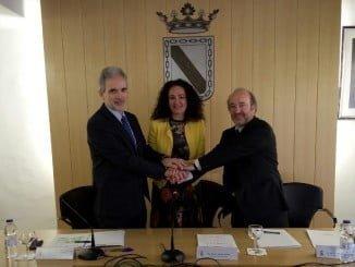 El consejero, la alcaldesa y el gerente del SAS tras la firma del convenio