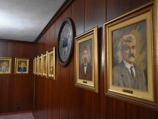 La Galería se compone de 26 retratos de regidores de los siglos XX y XXI