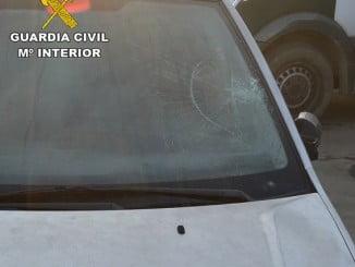 Imagen del vehículo, que presenta un fuerte impacto en el parabrisas