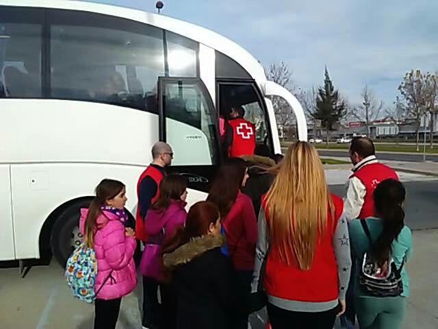 Los niños fueron trasladados en autobús desde la barriada de Pérez Cubillas